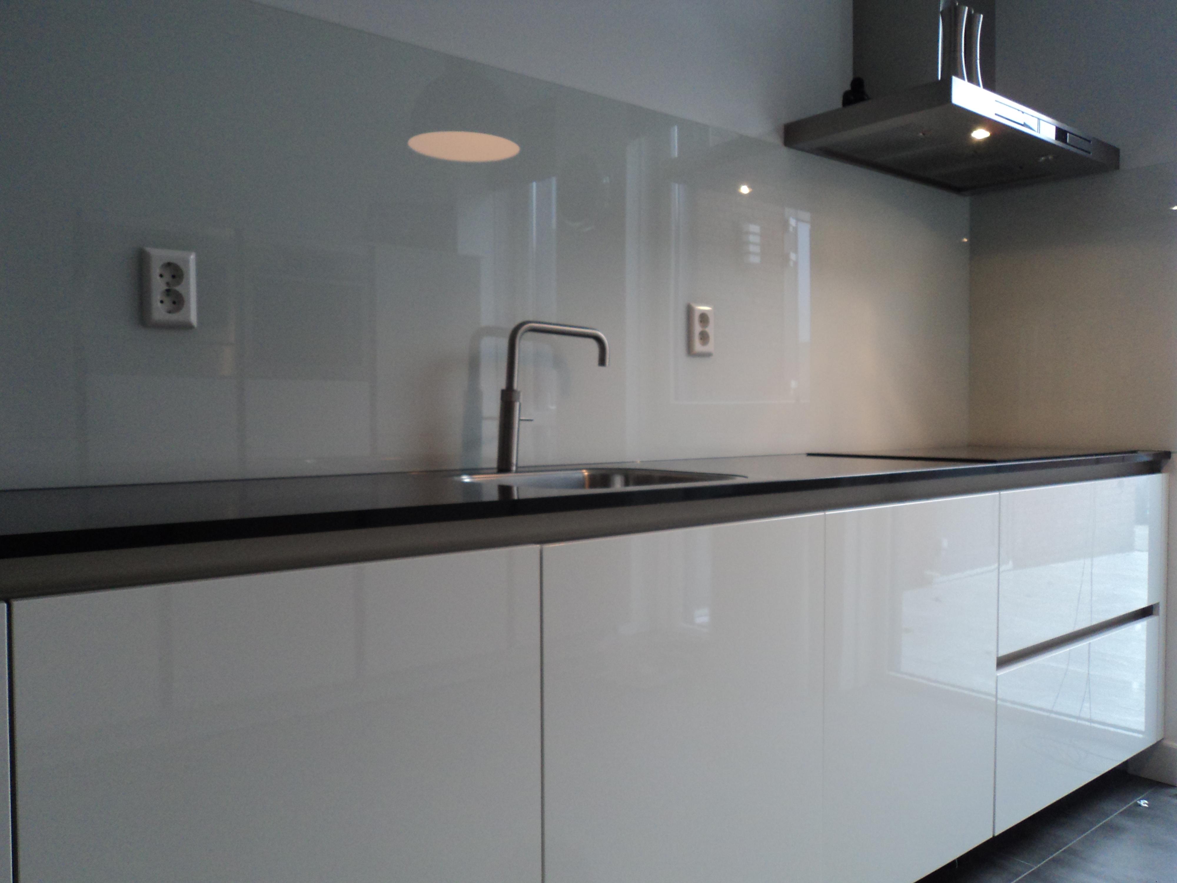 Gehard glas achter kookplaat for Glazen plaat